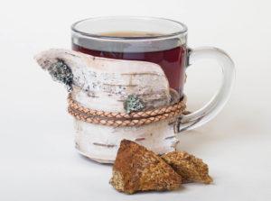 Chaga Pilz Tee im Glas mit Brocken